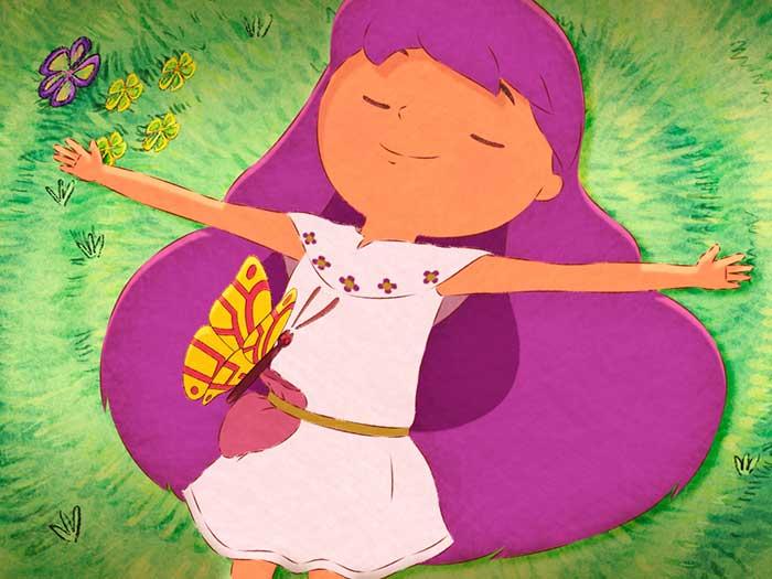 Una niña descansa en el pasto en la película El libro de lila