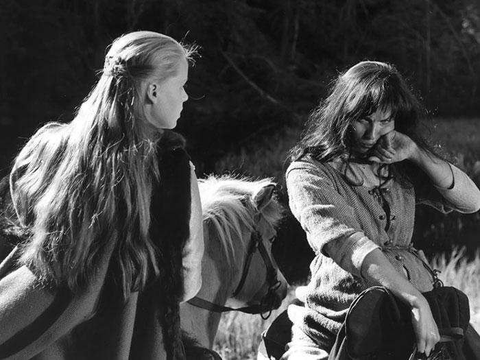 una mujer y un hombre con atuendo medieval en la pelicula el manantial de la doncella