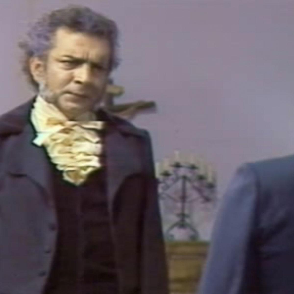 Un hombre interpreta a Antonio Narino