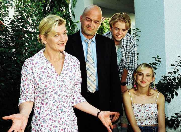 Out on a limb pelicula alemana, una familia de cuatro personas sonrie a camara