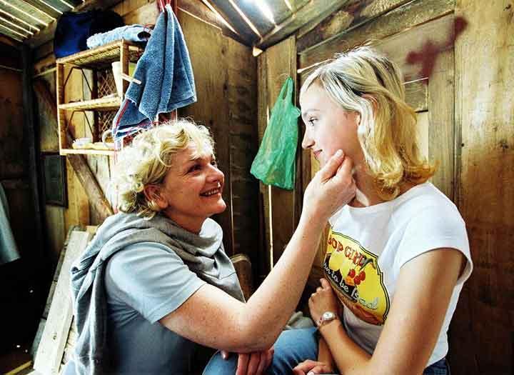Una mujer consuela a su hija dentro de una casa de árbol en la película Out on a limb