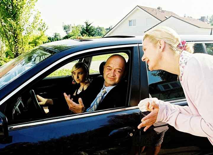 Una mujer habla a un hombre y una joven dentro de un carro en la pelicula out on a limb