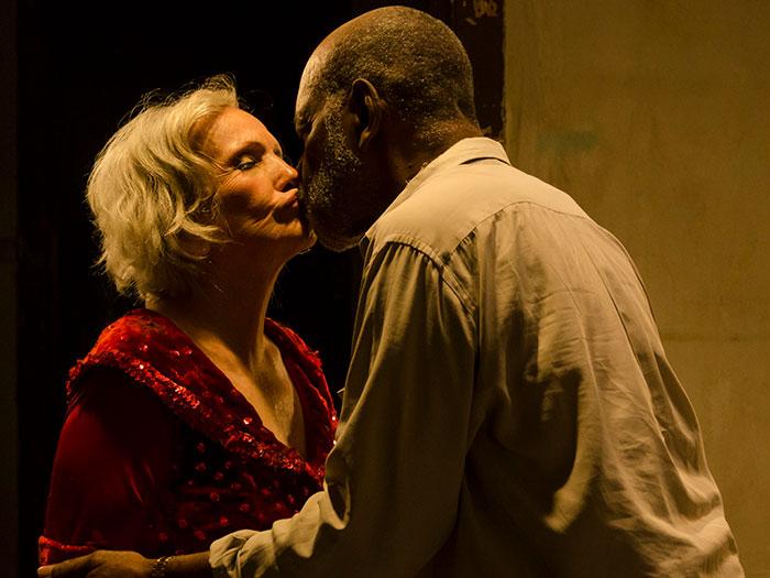 Dos ancianos en Cuba en la película Candelaria