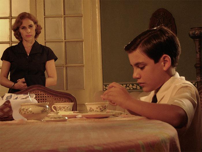 Una mujer y un niño en la mesa en La edad de la peseta