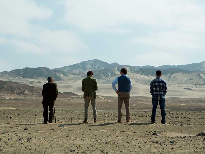 Cuatro hombres orinan a la interperie en la película El abuelo