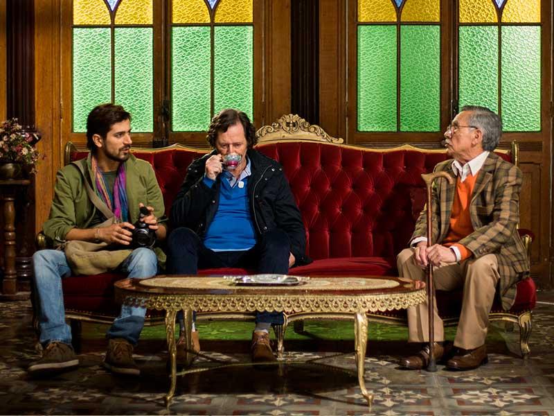 Tres hombres toman el té en la película El abuelo