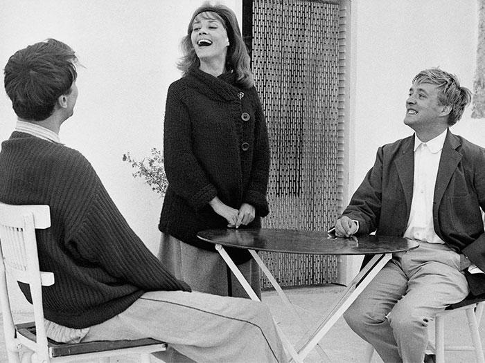 Dos hombres acompañan a una mujer en un café en Jules y Jim de Truffaut