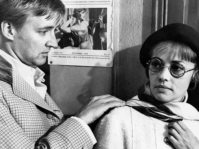 Una mujer y un hombre en un bar durante ambientado a principios del siglo XX en la película Jules y Jim de Truffaut