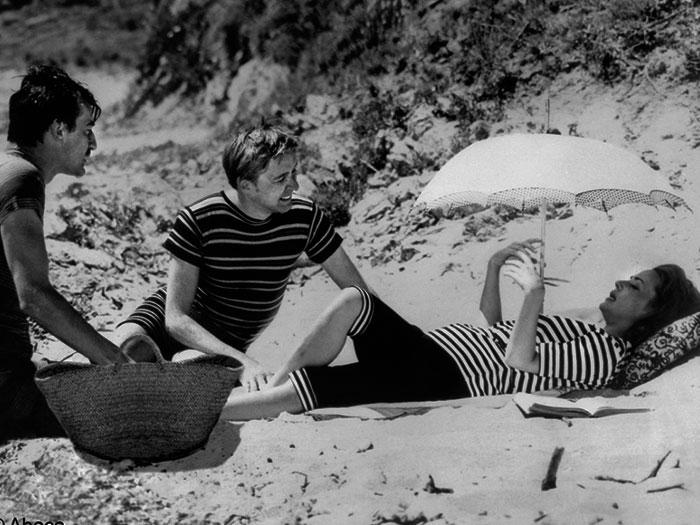 Dos hombres y una mujer toman el sol en la película Jules y Jim de Truffaut