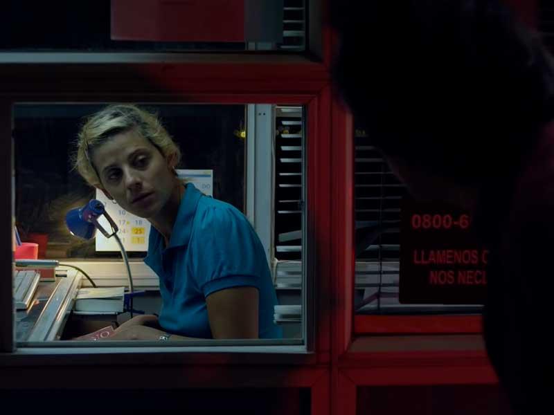 Una mujer atiende un peaje nocturno en la película Una noche sin luna