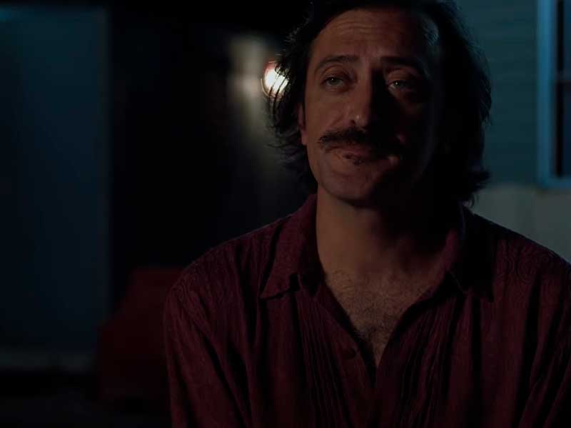 Un hombre descansa y mira a la cámara en la película Una noche sin luna