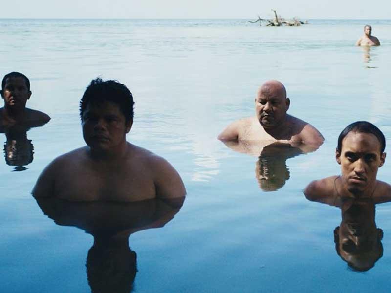 Un grupo de gente se esconde en el agua en Tormentero