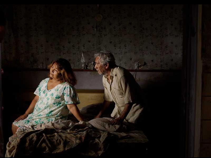 Un hombre habla a una mujer en un cuarto en Tormentero
