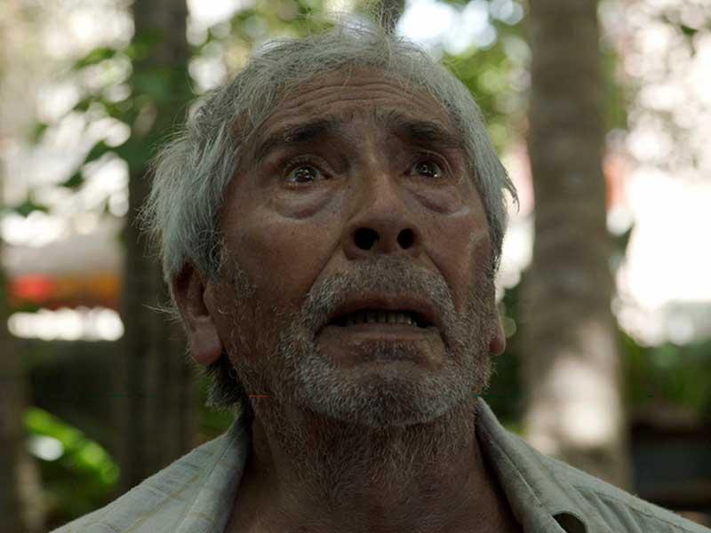 Un hombre mira con dolor hacia el horizonte en la película Tormentero