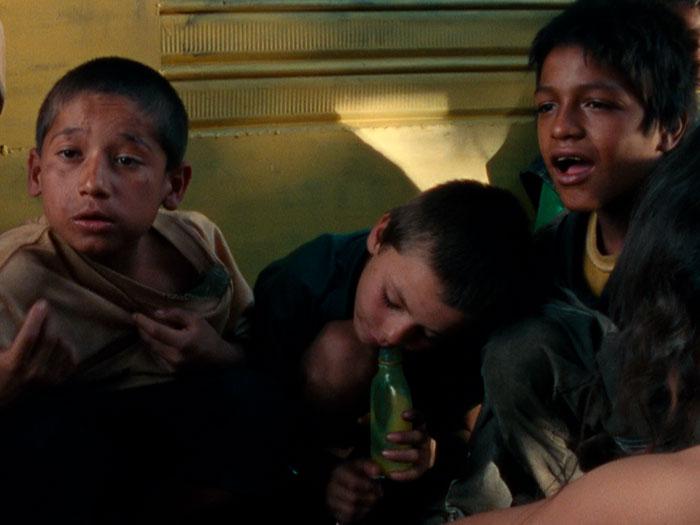 tres niños de la calle en Medellín en la película La vendedora de rosas