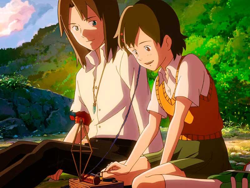 Dos adolescentes comparten tiempo en la película Viaje a Agartha