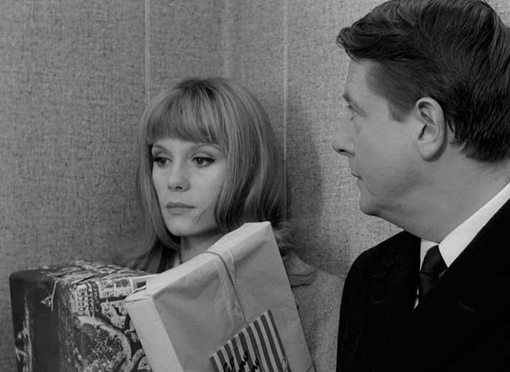 Una mujer y un hombre contra una pared en la película La piel suave de Truffaut
