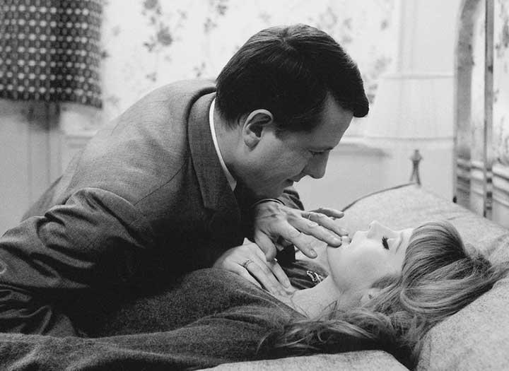 Una mujer y un hombre sobra una cama en la película La piel suave de Truffaut