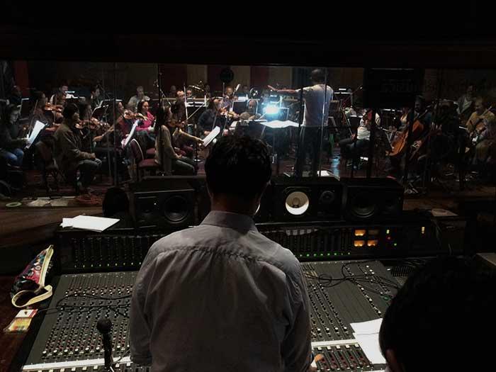 Una orquesta graba la música de la película El libro de Lila