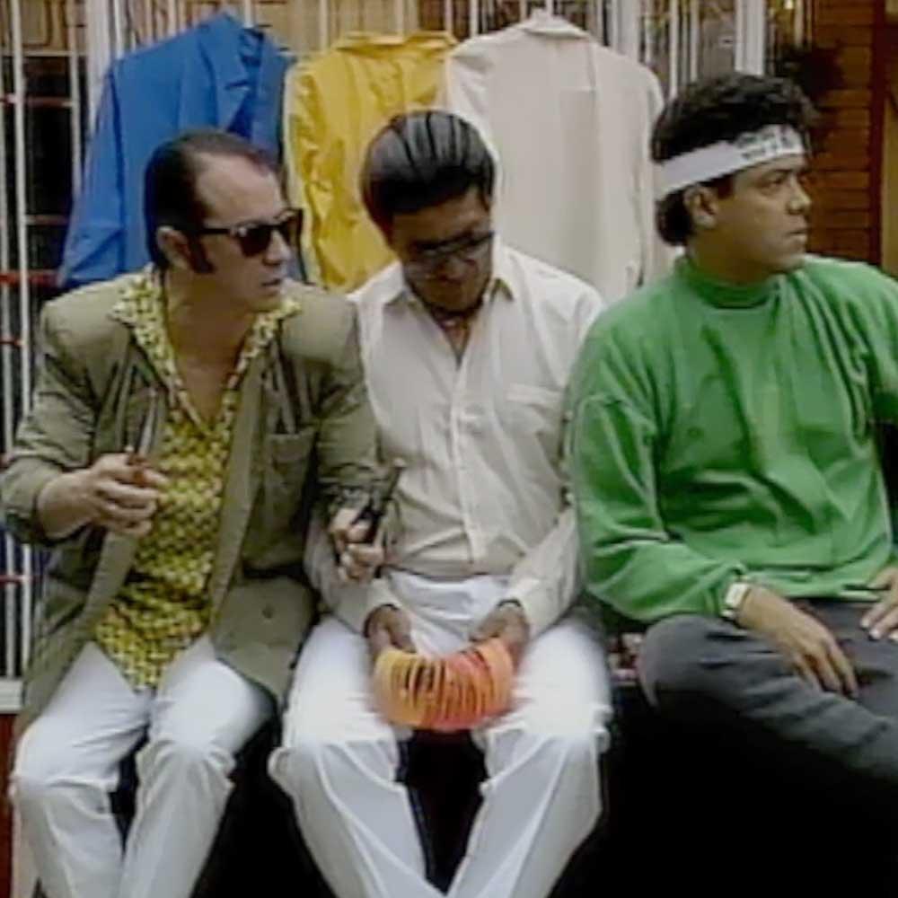 tres personas sentadas bajo el sol en Romeo y buseta