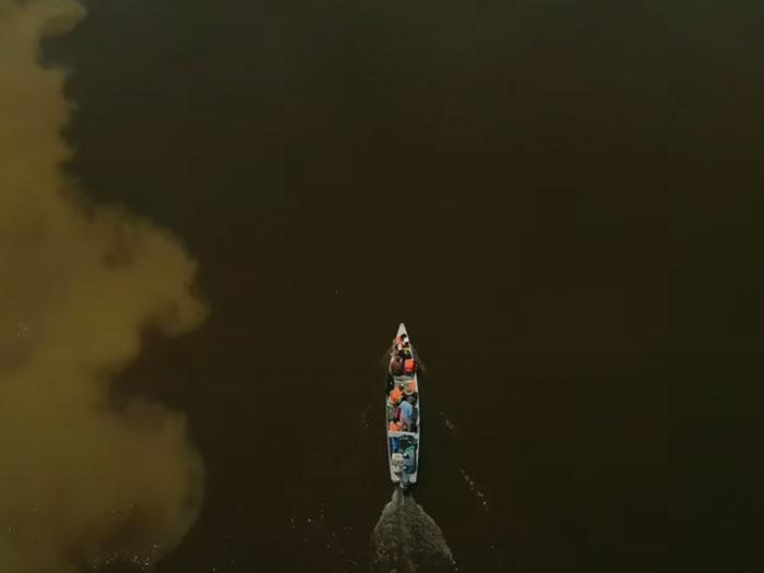 Lancha vista desde arriba navegando el Río Apaporis, Colombia