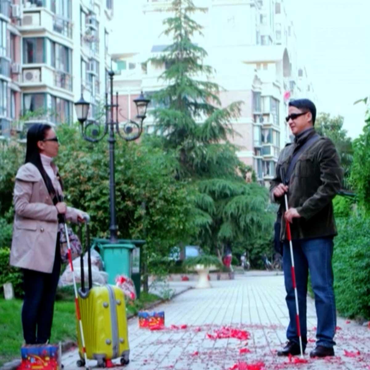 Un hombre y una mujer invidentes en la serie china Ver sin mirar