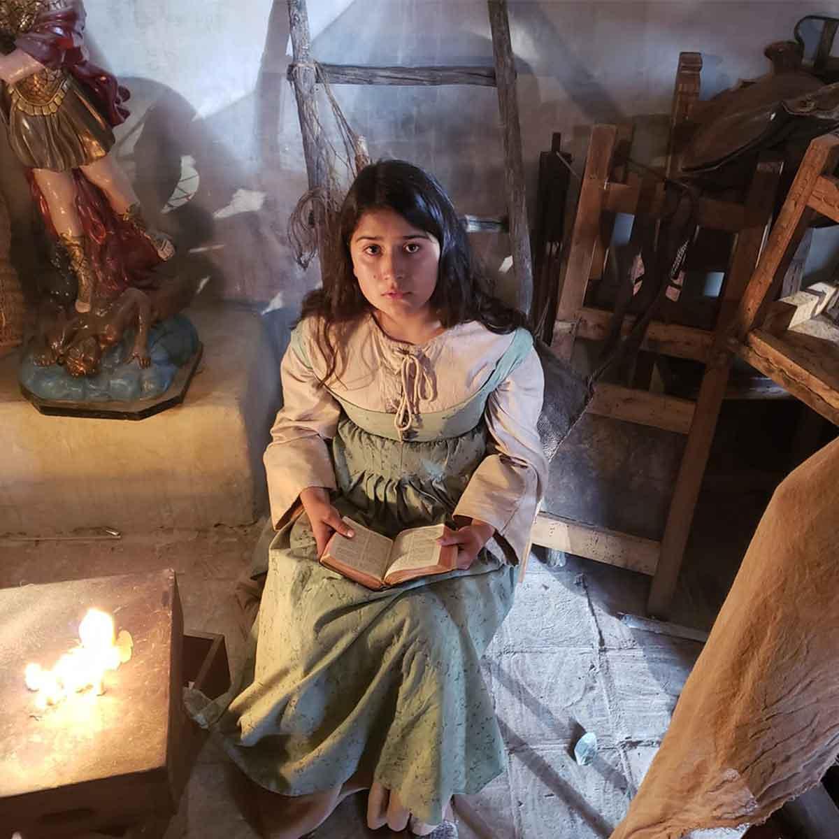 mujer joven leyendo la biblia en el siglo XVII