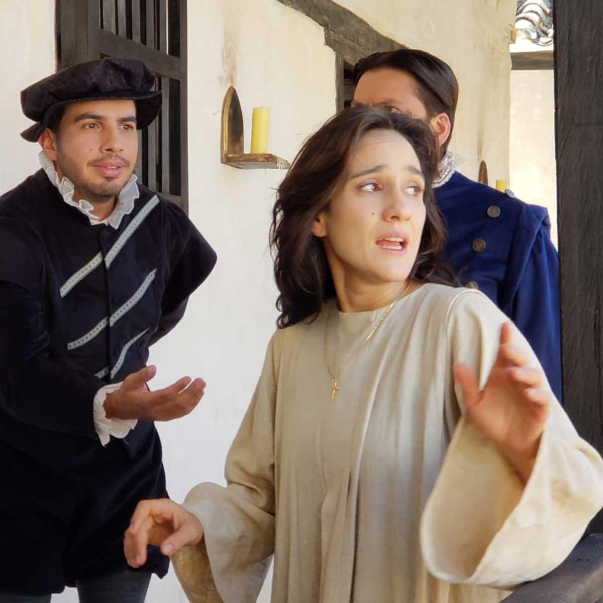 mujer junto a dos hombres de época del siglo XVII colonial
