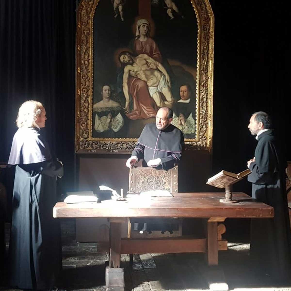 Tres hombres con sotana en una edificación religiosa