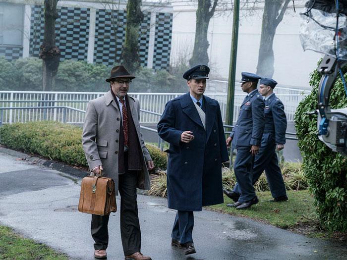 un hombre vestido de traje y otro de uniforme militar en los EEUU de los 50 en el proyecto libro azul