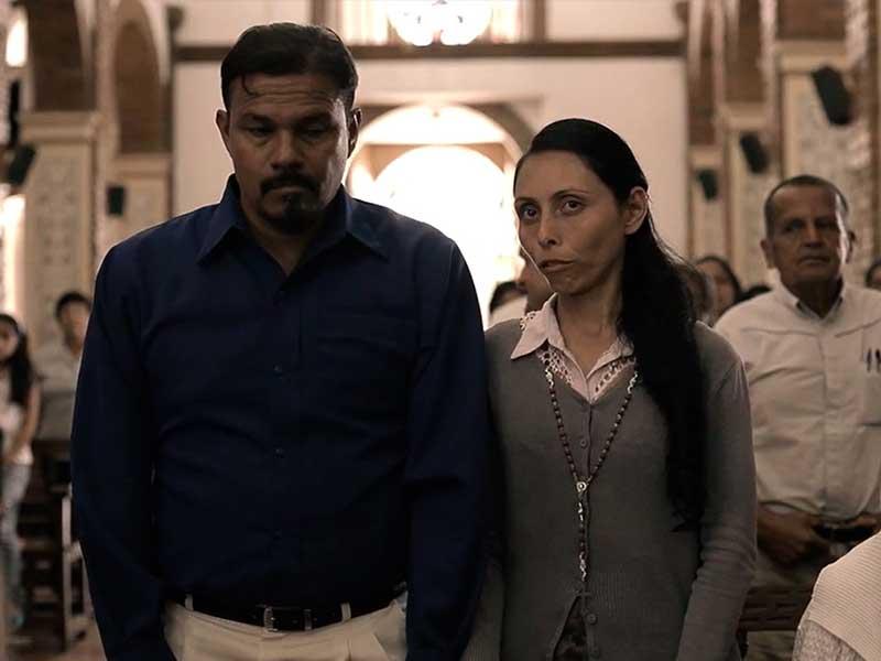 """Una pareja reza con devoción en una iglesia en la serie """"Vía crucis"""""""