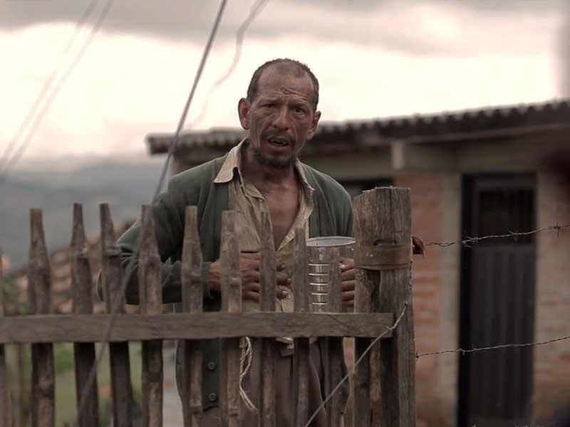 """Un habitante de calle se asoma a una casa a pedir comida en la serie """"Vía crucis"""""""