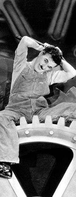 """Imagen de Chaplin en una rueda de la película """"Tiempos modernos"""""""