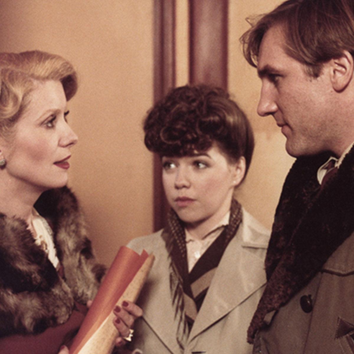 un hombre y dos mujeres de los años 40 en la película el ultimo metro de Truffaut