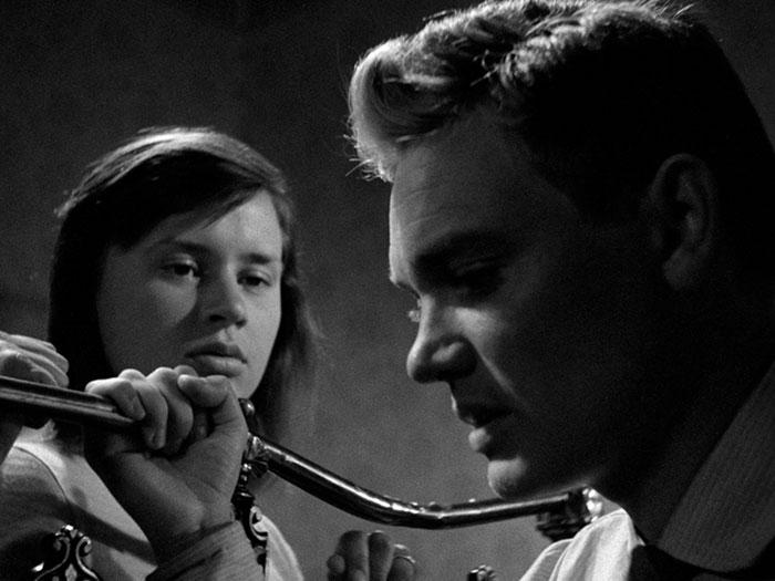 """Una pareja joven en la película """"Un verano con Mónica"""""""
