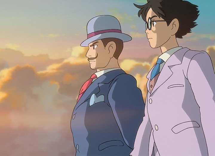 Dos hombres, uno mayor que el otro divisan el horizonte montados en el ala de un avión, en la película El viento se levanta de Hayao Miyasaki
