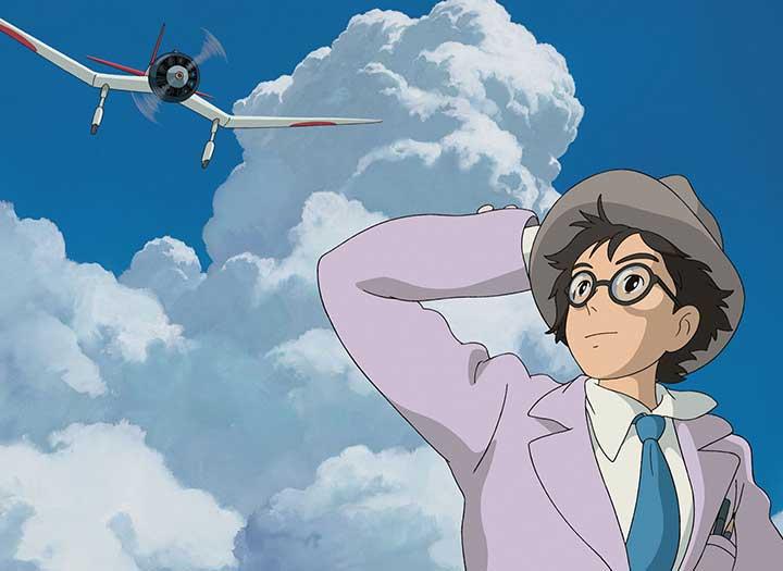 Un joven con gafas se ve divisando un avión que vuela bajo en la película El viento se levanta de Hayao Miyasaki