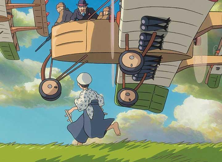 En un sueño un niño corre al lado de unos aviones tripulados por ingenieros aeronáuticos en la película El viento se levanta de Hayao Miyasaki