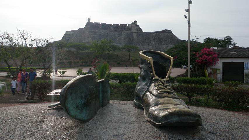 """Escultura """"Los zapatos viejos"""" de Héctor Lombana en Cartagena"""