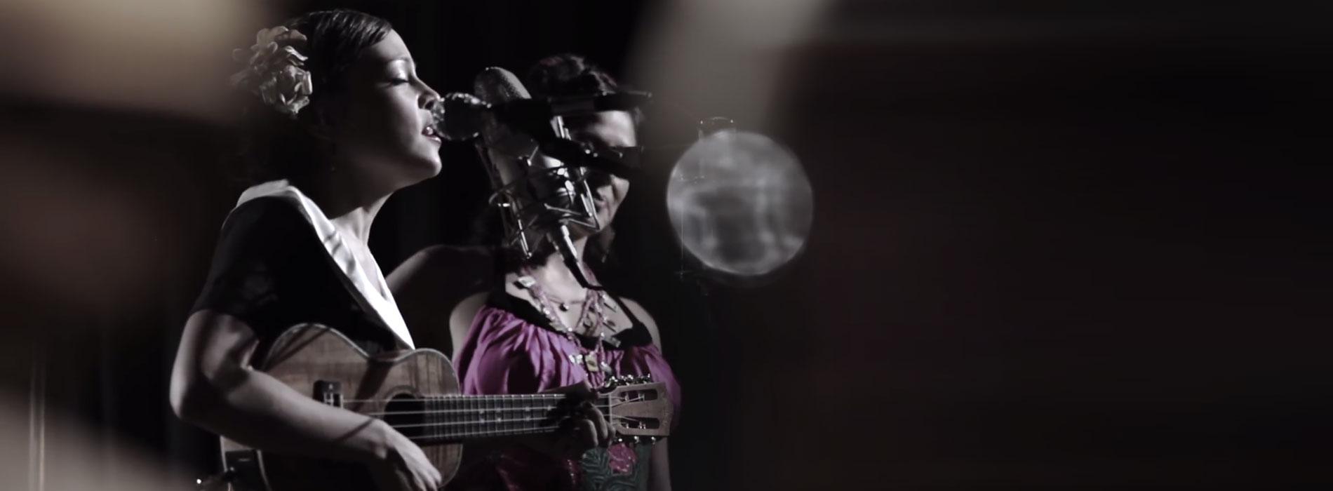 Natalia Lafourcade y Lila Downs interpretando un bolero