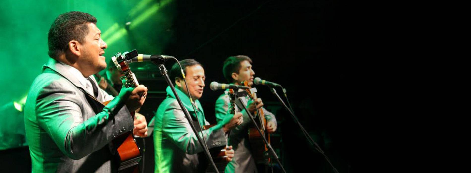 Músicos tocando en fomato trío romántico