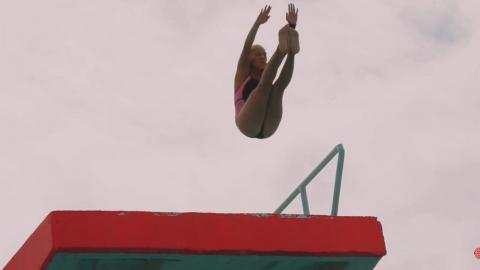 Clavadista colombiana realiza un salto desde 10 metros de altura