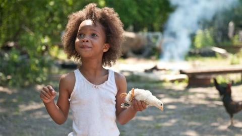 """Niña afro con un pollo e la mano en """"Bestias del sur salvaje"""""""