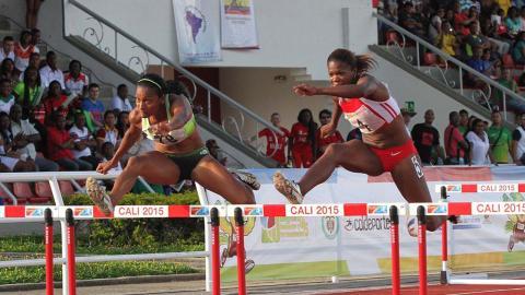 Dos atletas en competencia de salto de obstáculos durante los XX Juegos Nacionales