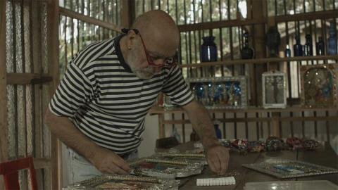 artista colombiano empírico trabajando en su taller