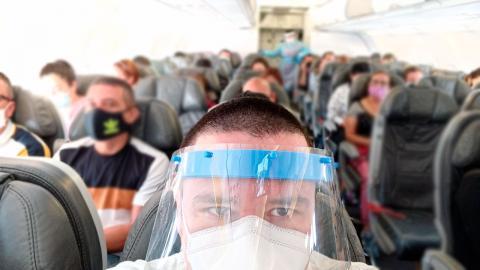 Pasajeros vuelo tapabocas avion
