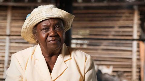 Una mujer afro posa al lado de un horno de barro en el documental Capitanas del buen vivir