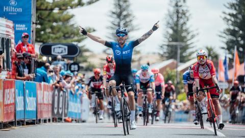 El italiano Giacomo Nizzolo ganó la quinta etapa por delante de los favoritos.