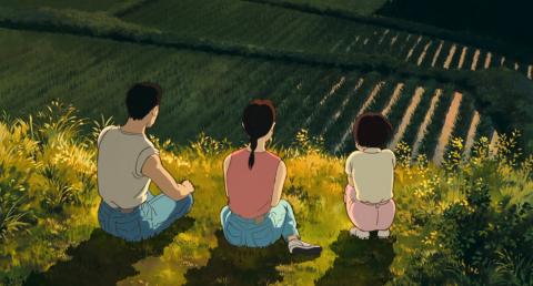 Tres jóvenes sentados en una colina miran el atardecer en el campo