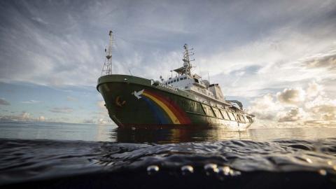Barco de greenpeace llamado Esperanza surca el mar abierto